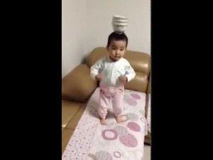 طفل صيني يبهر الجميع