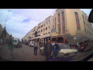سائق دراجة يتظاهر بالاصابة والكاميرا تكشفه في المغرب
