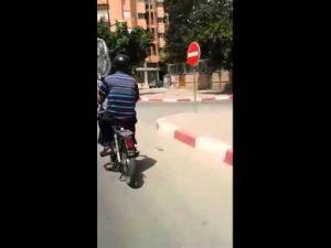 الحرارة المفرطة بمراكش تدفع سائق دراجة نارية إلى فعل أشياء غريبة