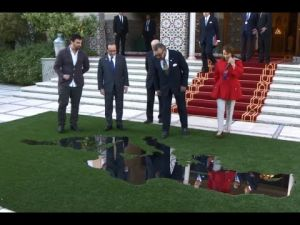 الملك محمد السادس يتسلم هدية من الرئيس الفرنسي فرانسوا هولاند بقصر مراكش