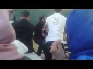 تبادل للضرب بين الأستاذ وتلميذه داخل حجرة الدرس !!