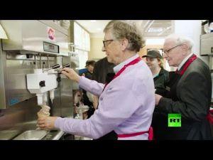 بيل غيتس يتحول إلى عامل في مطعم للوجبات الخفيفة
