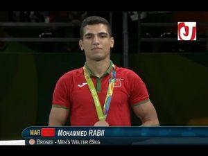 لحظة تتويج الملاكم المغربي محمد ربيعي بالميدالية البرونزية من طرف نوال المتوكل