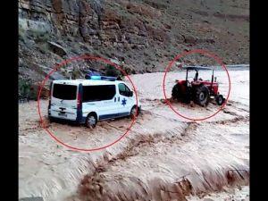 جرار يجر سيارة إسعاف لعبور فيضان وادي بالرشيدية