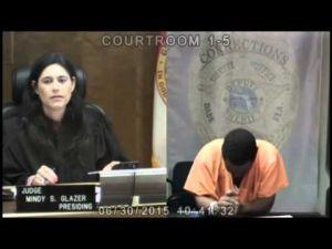 موقف مدهش : قاضية أمريكية تقابل زميل دراستها المتهم وتحكم عليه