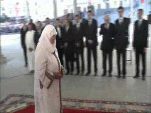 فيديو طريف : تحية عسكرية من مواطنة مسنة للملك محمد السادس بطنجة