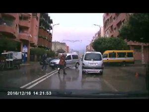 شاهد حادثة خطيرة وسيارة تدهس فتاتين على المباشر ببني ملال وردة الفعل