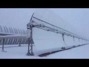 محطة نور للطاقة الشمسية بورزازت تكتسي حلةً بيضاء بعد تساقطات ثلجية كثيفة