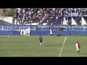 لحظة إصابة لاعب أرجنتيني في مباراة كرة قدم أدت الى وفاته