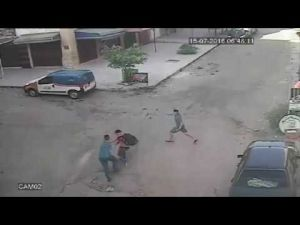 بالفيديو ...سرقة شاب في واضحة النهار بفاس