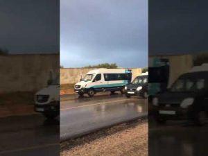 بالفيديو حادث اصطدام خطير بين سيارة خفيفة وسيارة نقل مستخدمين بمكناس