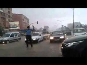 شرطي مرور يعمل تحت أمطار غزيرة بمدينة مراكش