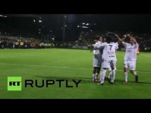 مارادونا يرفس أحد الحكام أثناء مباراة السلام لكرة القدم