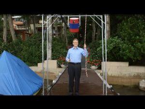 بيل غيتس يتحدى مارك زوكربيرغ تضامنا مع مرضى 'ALS ' ويفرغ على رأسه دلوا من الماء المثلج