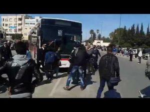 عاجل ....طلبة بكلية العلوم مكناس يشلون حركة الحافلات و الأمن يتدخل بقوة