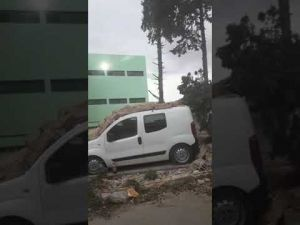 رياح قوية تتسبب في تكسير سيارات بعد سقوط سور مدرسة وأشجار بمكناس