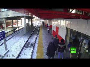 شابة تدفع امرأة عجوزا نحو قضبان القطار