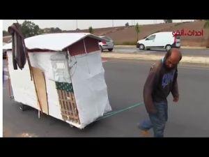 مواطن مغربي يسكن في عربة مجرورة في الشارع