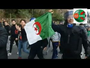 أفراد الشرطة الجزائرية يحتفلون مع الشعب خاوة خاوة جيش شعب خاوة خاوة