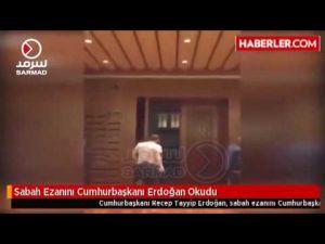الرئيس التركي رجب أردوغان يرفع أذان الفجر من المجمع الرئاسي في أنقرة
