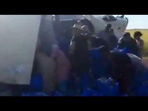 شاهد ردة فعل المواطنين بعد إنقلاب شاحنة الحليب بمكناس