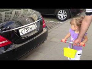 صدق أو لا تصدق طفلة روسية تبلغ عامين تعرف جميع أنواع السيارات