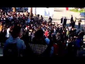 مئات التلاميذ بمكناس يقاطعون الدراسة ويحتجون أمام مقر العمالة