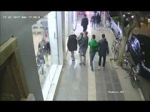 لحظة سرقة هاتف شخص من طرف عصابة بشارع محمد الخامس بمكناس
