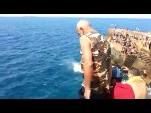 بالفيديو: قفزة شيخ مغربي بشاطئ السعيدية