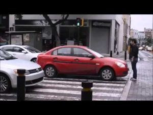 برازيلي يلقن قائدة سيارة مخالفة درسا لن تنساه
