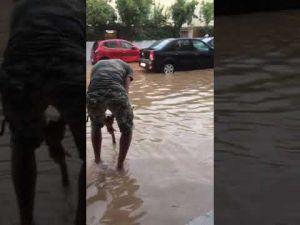 مياه الأمطار تغرق مدينة مكناس ومواطنون يستنجدون بعلال القادوس المكناسي
