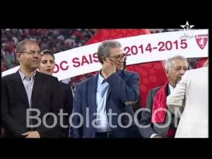 لحظة طرد الممثل المغربي هشام بهلول من منصة تتويج فريق الوداد البيضاوي