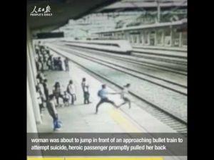 شاهد كيف أنقذ عامل فتاة من الانتحار